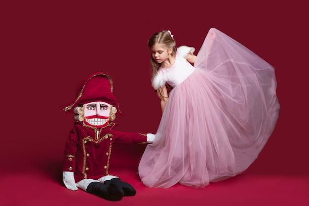 Piękna baletnica z dziadkiem do orzechów
