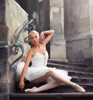 Piękna baletnicza kobieta na schodkach