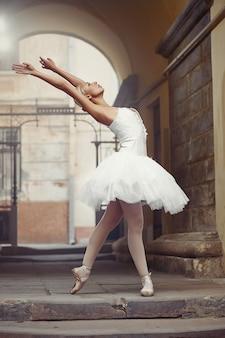 Piękna baletnicza kobieta outdoors
