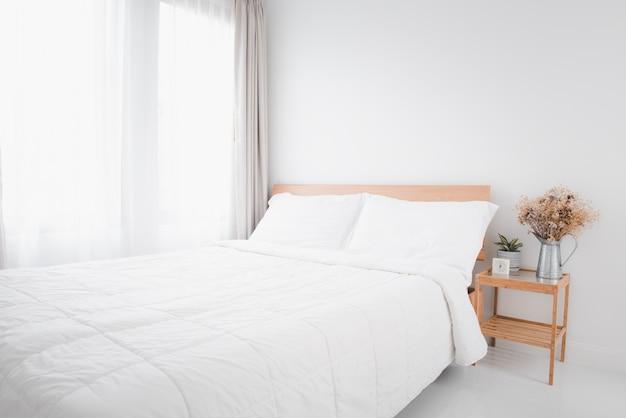 Piękna biała, czysta, przytulna sypialnia
