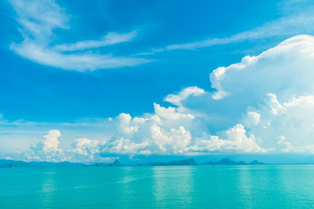 Piękna biel chmura na niebieskim niebie i morzu lub oceanie