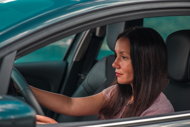 Piękna biznesowa kobieta jeździ samochodem. zbliżenie.