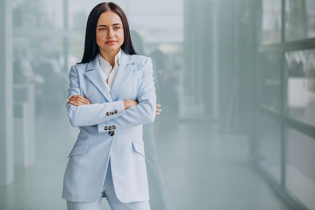 Piękna biznesowa kobieta na białym tle, ubrana w niebieski garnitur