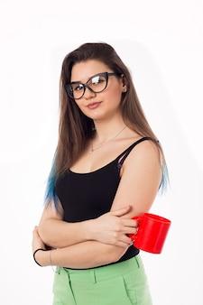 Piękna biznesowa kobieta pije kawowej herbaty od czerwonej filiżanki