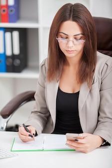Piękna biznesowa kobieta pisać na maszynie na laptopie