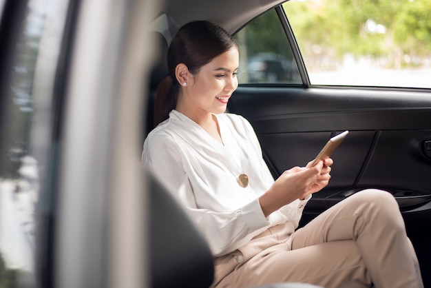Piękna biznesowa kobieta pracuje w samochodzie