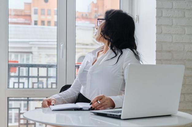 Piękna biznesowa kobieta pracuje z komputerowym laptopem