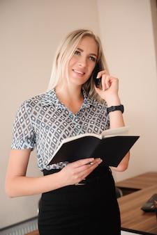Piękna biznesowa kobieta pracuje z sprzedażami w jej biurze