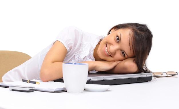 Piękna biznesowa kobieta śpi na klawiaturze