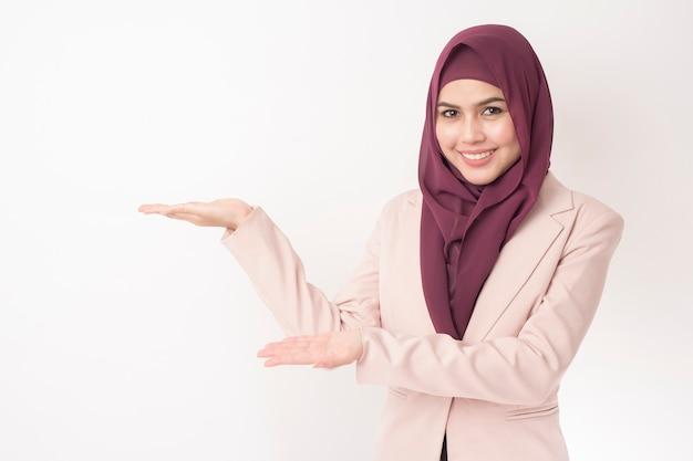 Piękna biznesowa kobieta z hijab portretem na białym tle