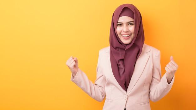 Piękna biznesowa kobieta z hijab portretem na żółtym tle
