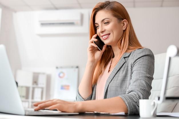 Piękna bizneswoman pracująca w nowoczesnym biurze