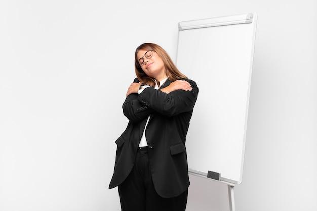 Piękna bizneswoman przed białą tablicą