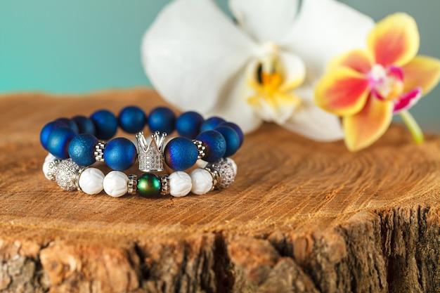 Piękna biżuteria wykonana z kamieni naturalnych i wykwintnych akcesoriów