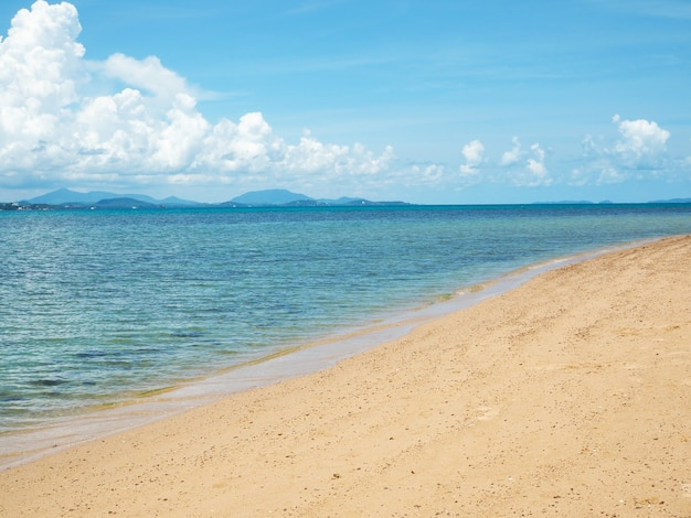 Piękna błękitna plaża z błękitnym pochmurnym niebem