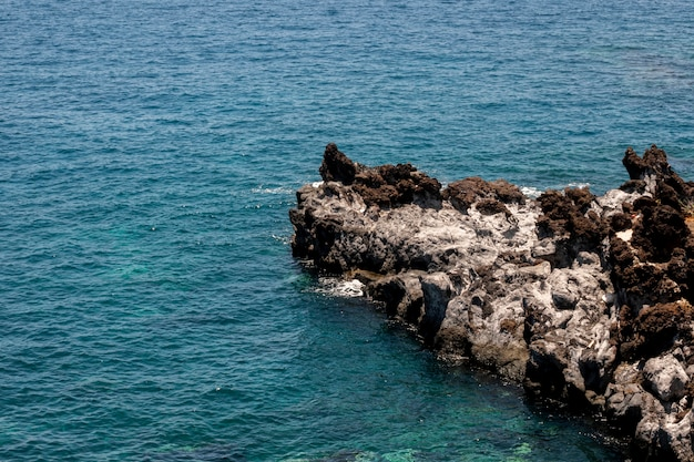 Piękna błękitna woda morska z skałami