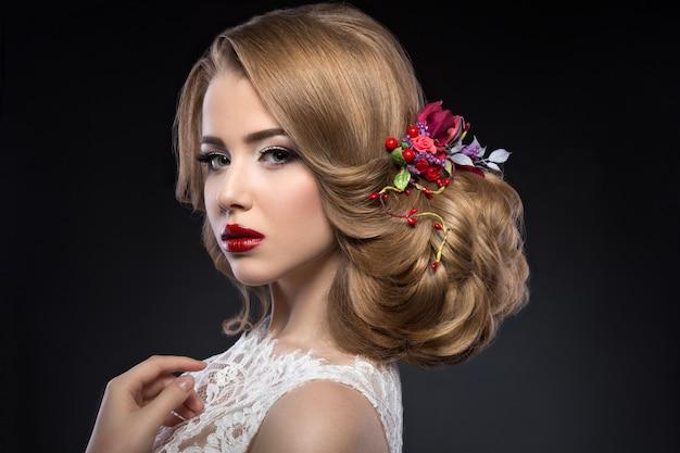 Piękna blond dziewczyna na obrazku panny młodej z fioletowymi kwiatami na głowie. piękna twarz.