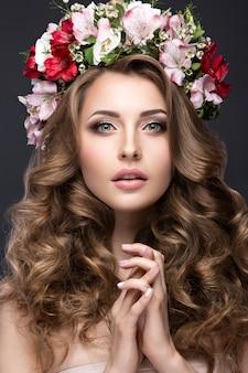 Piękna blond dziewczyna na obrazku panny młodej z fioletowymi kwiatami na głowie.