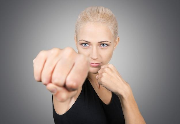 Piękna blond kobieta boks na białym tle