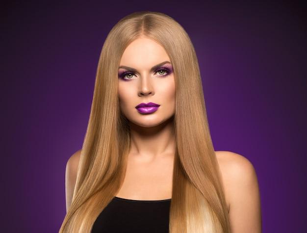 Piękna blond kobieta fryzura długie gładkie kręcone włosy moda makijaż. strzał studio.