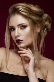 Piękna blond kobieta o doskonałej skórze, wieczorowym makijażu, ślubnej fryzurze i akcesoriach