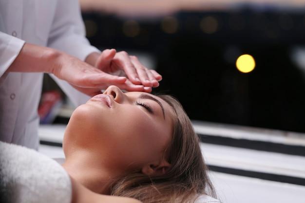 Piękna blond kobieta odbiera masaż