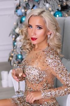 Piękna blond kobieta w dekoracji świątecznej