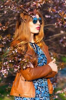 Piękna blond kobieta w parku na ciepłym wiosna dniu