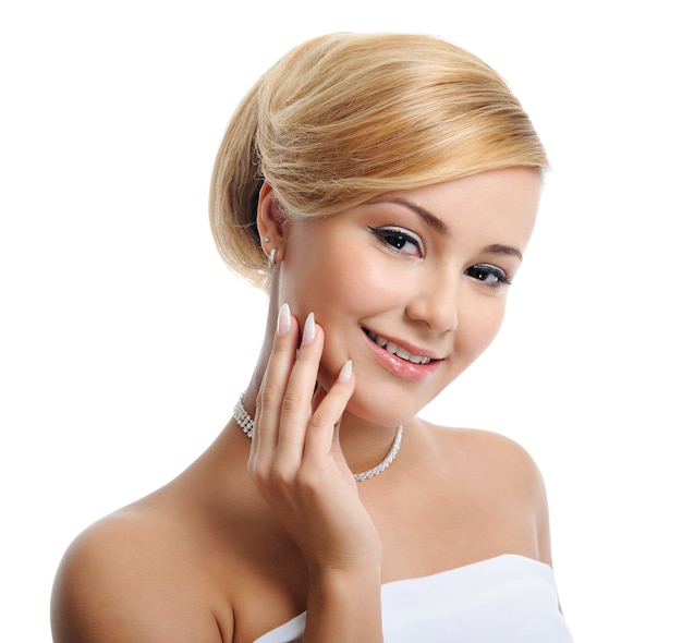 Piękna blond kobieta z kreatywną fryzurą