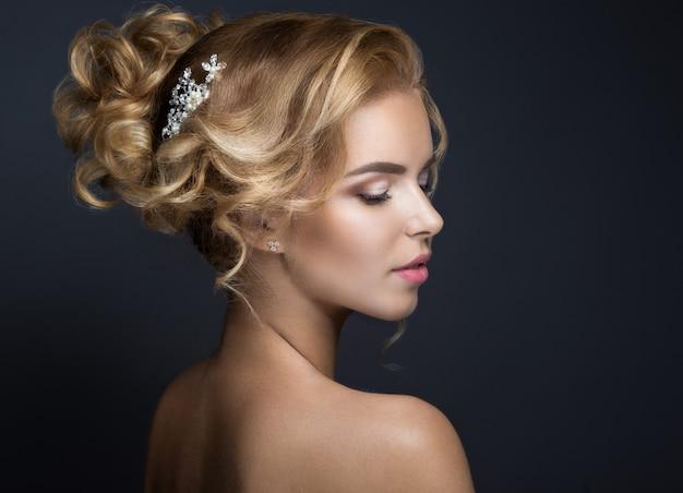Piękna blond kobieta z naturalnym makijażem