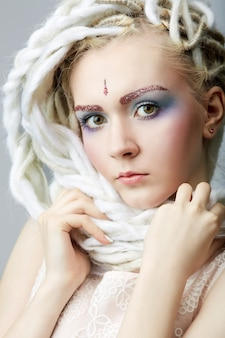 Piękna blond nastolatka z dredami