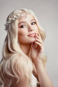 Piękna blond panna młoda z tiarą