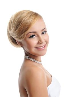 Piękna blond uśmiechnięta kobieta elegancji - na białym tle