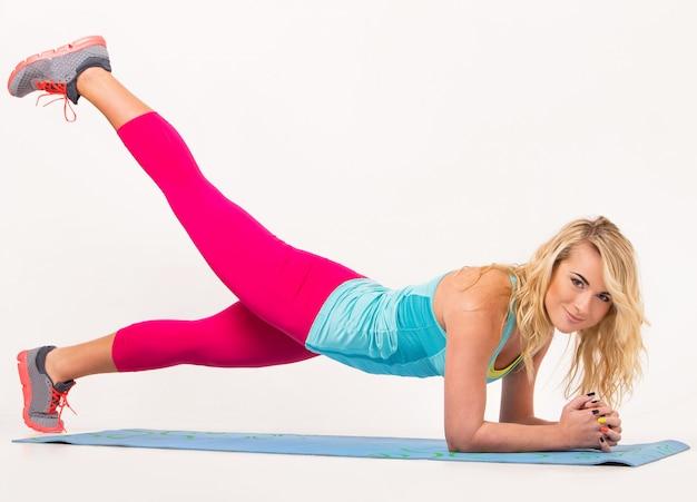 Piękna blondynka ćwiczeń