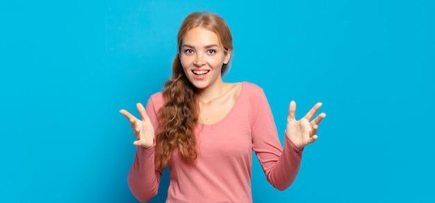 """Piękna blondynka czuje się szczęśliwa, zdziwiona, szczęśliwa i zdziwiona, mówiąc poważnie """"omg""""? nie do wiary"""