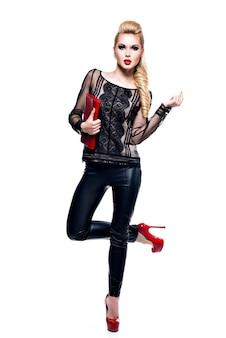 Piękna blondynka moda z jasny makijaż. ładna dziewczyna ze stylowymi dodatkami w kolorze czerwonym.