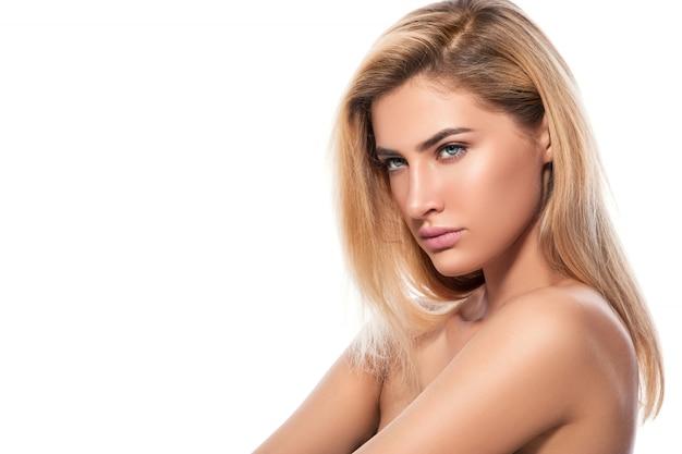 Piękna blondynka na białym tle