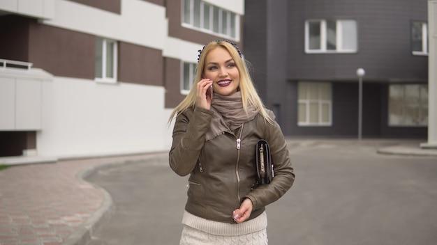 Piękna blondynka spacerująca po parku