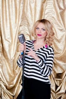Piękna blondynka śpiewa uśmiechając się