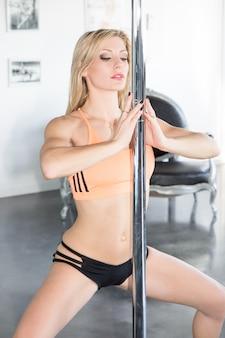 Piękna blondynka tańczy młoda seksowna dziewczyna pole dance