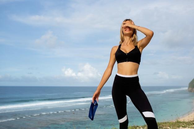 Piękna blondynka uprawia sport na świeżym powietrzu