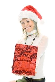 Piękna blondynka w czapce santa z prezentem świątecznym na białym tle