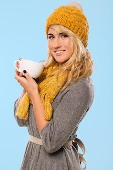 Piękna blondynka w kapeluszu i szaliku