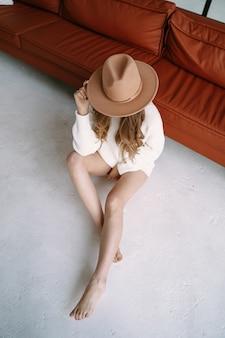Piękna blondynka w kapeluszu