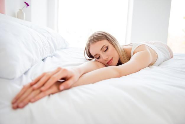 Piękna blondynka w łóżku