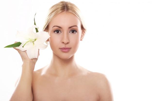 Piękna blondynka z kwiatem lilii