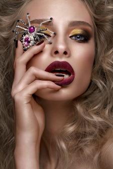 Piękna blondynka z lokami, jasny makijaż i designerskie akcesoria