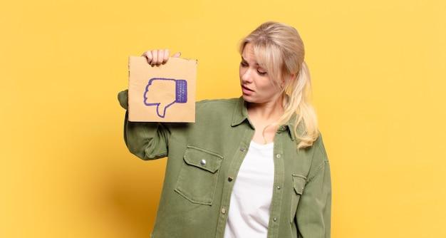 Piękna blondynka z mediami społecznościowymi
