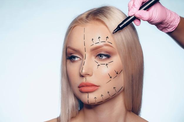 Piękna blondynka z oznaczeniami do chirurgii plastycznej na twarzy