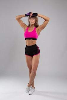 Piękna blondynka z wydatnymi mięśniami w sportowym mundurze